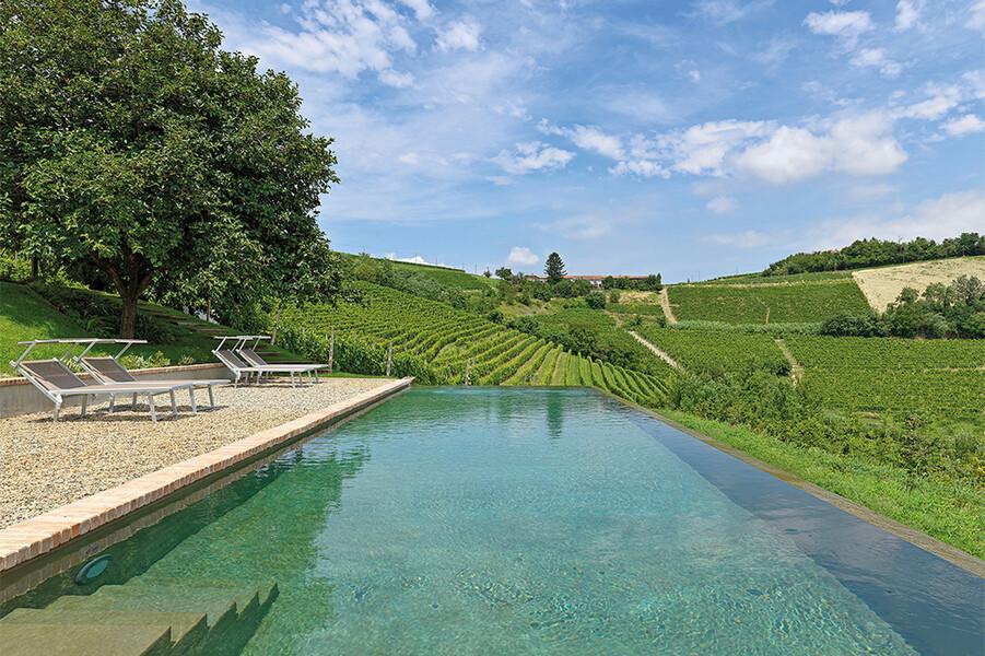 Privater Pool in der Casa Moscato bei Canelli mit Blick auf die Weinberge