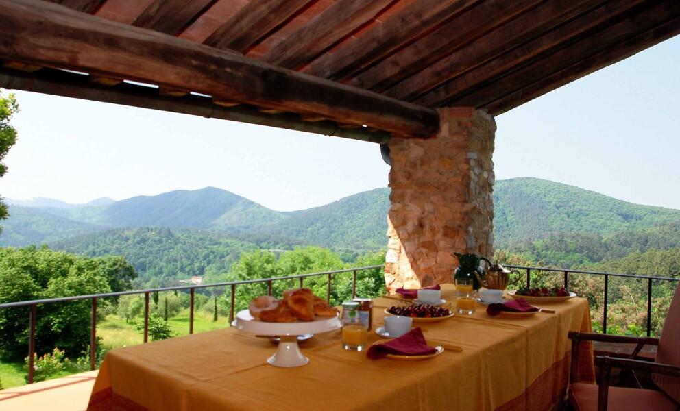Gemütliches Frühstück auf der überdachten Veranda der Ferienvilla Compignano Barn