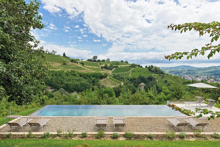 Privater Pool mit Blick auf die Hügel mit Weinreben bei Alba im Piemont