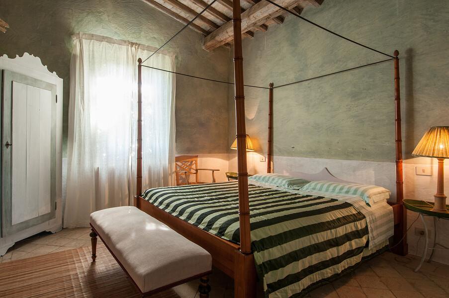 Verbringen Sie traumhafte Nächte in einem Himmelbett in der Ferienvilla Fontanelle in der Toskana