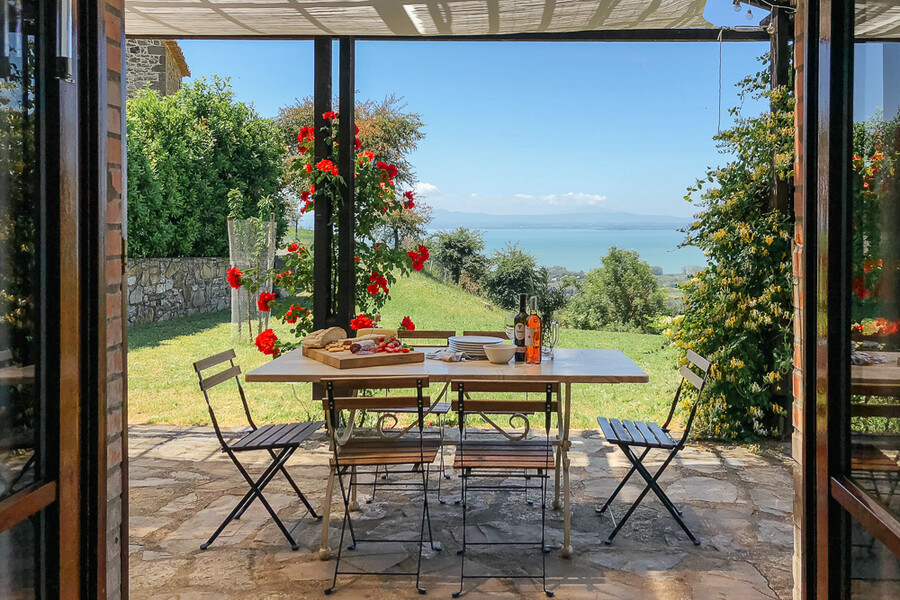 Esstisch des Ferienhauses in Umbrien mit Blick auf den Trasimeno See