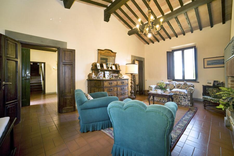 Wohnzimmer der villa di montelopio bei Pisa in der Toskana