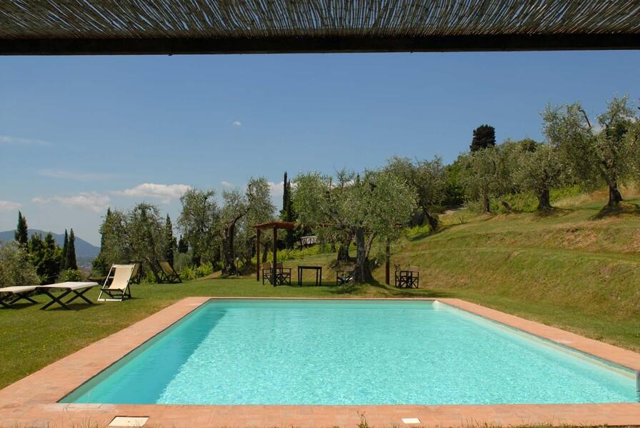 Der große Pool und die umliegende Parkfläche laden zum schwimmen und relaxen ein
