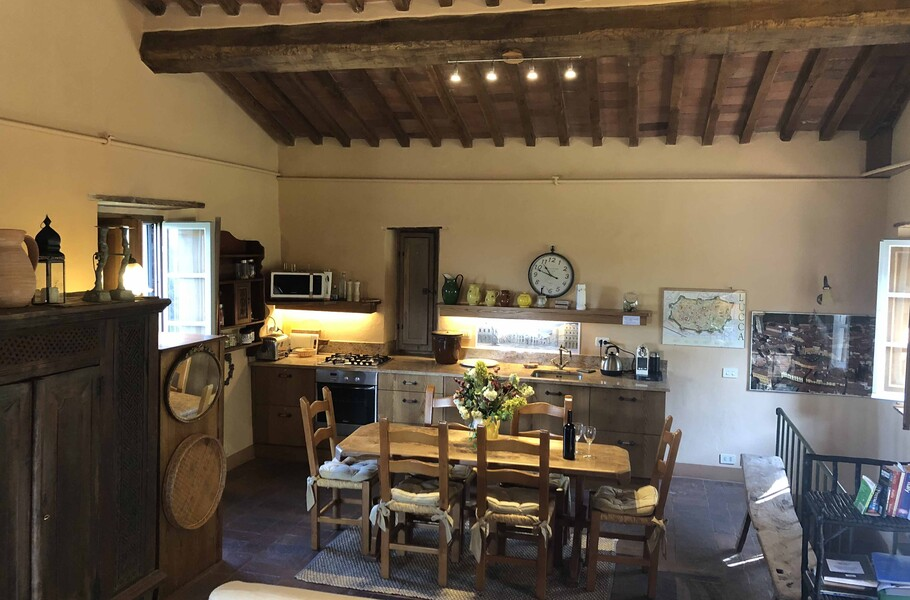 Die Küche mit Essbereich mit Platz für 6 Personen in der Ferienvilla Compignano Barn