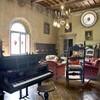 Wohnzimmer mit Flügel in der Villa di Montelopio in der Toskana