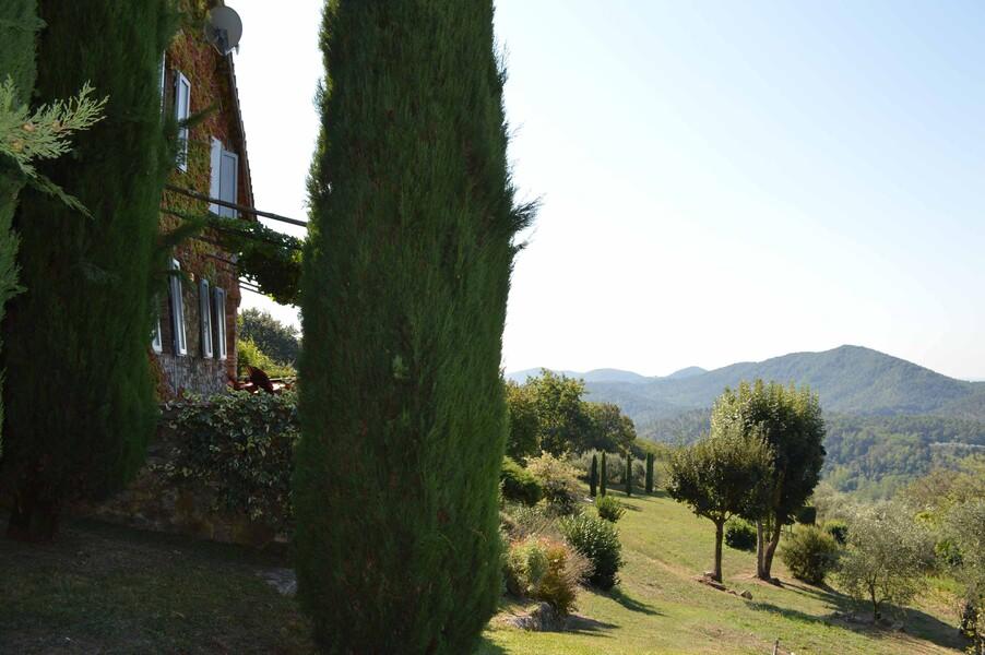 Zum Ferienhaus in der Toskana Compignano Barn gehören 6 Hektar Land mit Zypressen, Oliven- und Obstbäumen