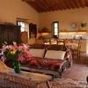 Der Wohn-Essbereich der Villa Compignano Barn in der Toskana mit Küchenzeile, Esstisch, gemütlicher Couch und Sesseln