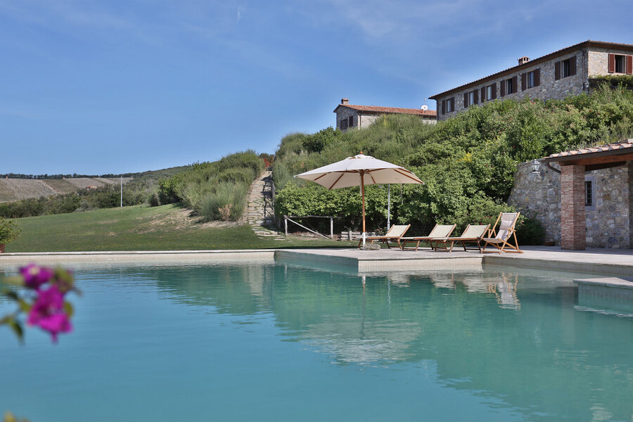 Unterhalb der drei Häuser der Ferienvilla La Lepraia befindet sich ein toller Pool und viel Platz für Ruhe und Erholung