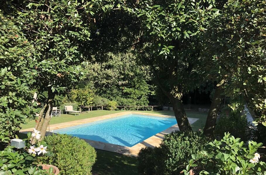 Außenbereich der Ferienvilla Compignano Barn mit Pool