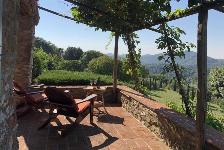 Veranda des Ferienhauses in der Toskana Compignano Barn mit herrlichem Ausblick über die grünen Hügel der Umgebung