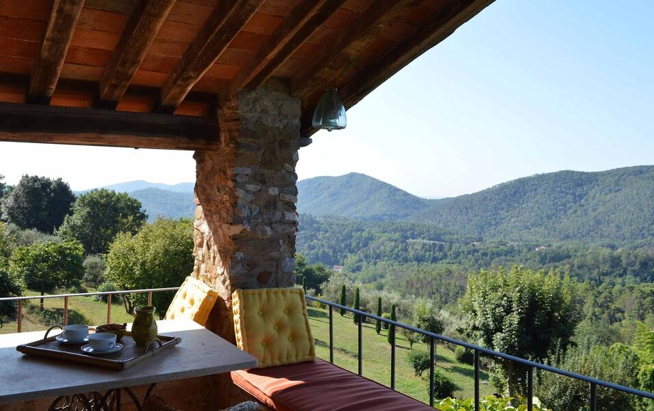Herrlicher Ausblick über die Apuanischen Alpen von der Terrasse des Ferienhauses Compignano Barn in der Toskana
