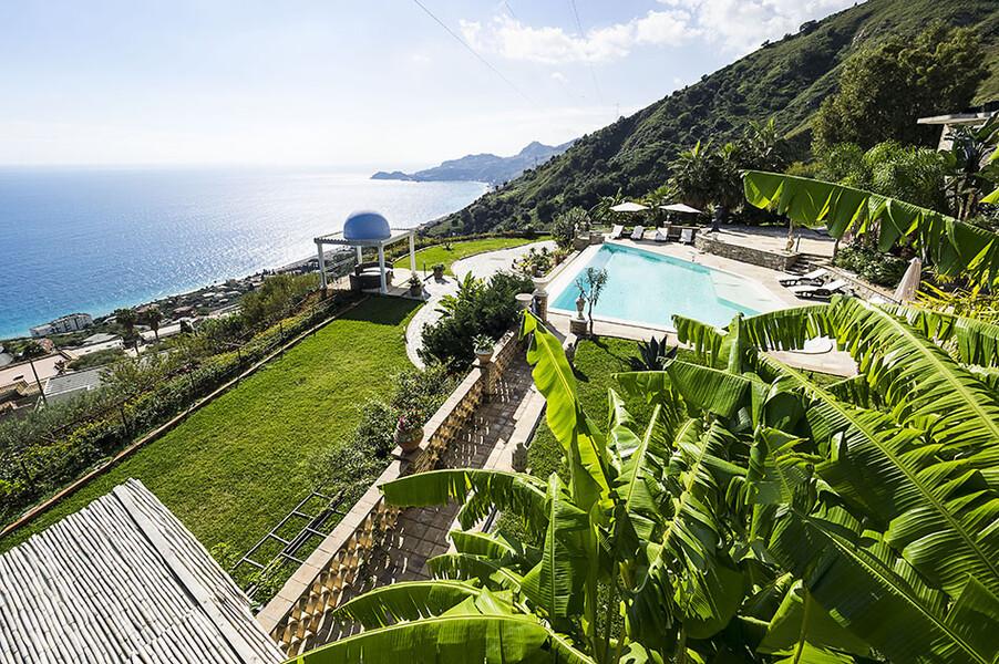 Garten der Luxusvilla Buenavista mit Blick auf die Küste bei Taormina