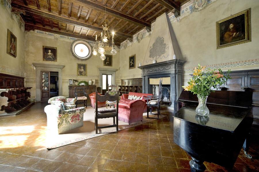 Elegantes, historisches Wohnzimmer in der Villa in der Toskana