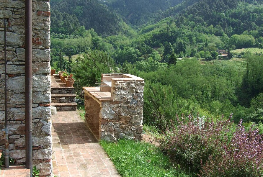 Bbq in the garden with breathtaking views in the villa in Lucca Bottino