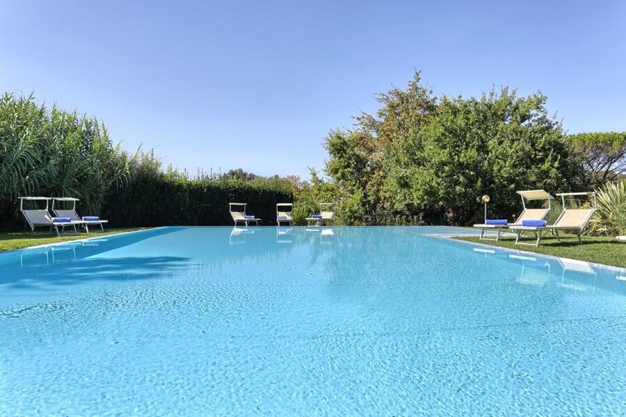 Ziehen Sie Ihre Bahnen im großen Pool der Villa Clara