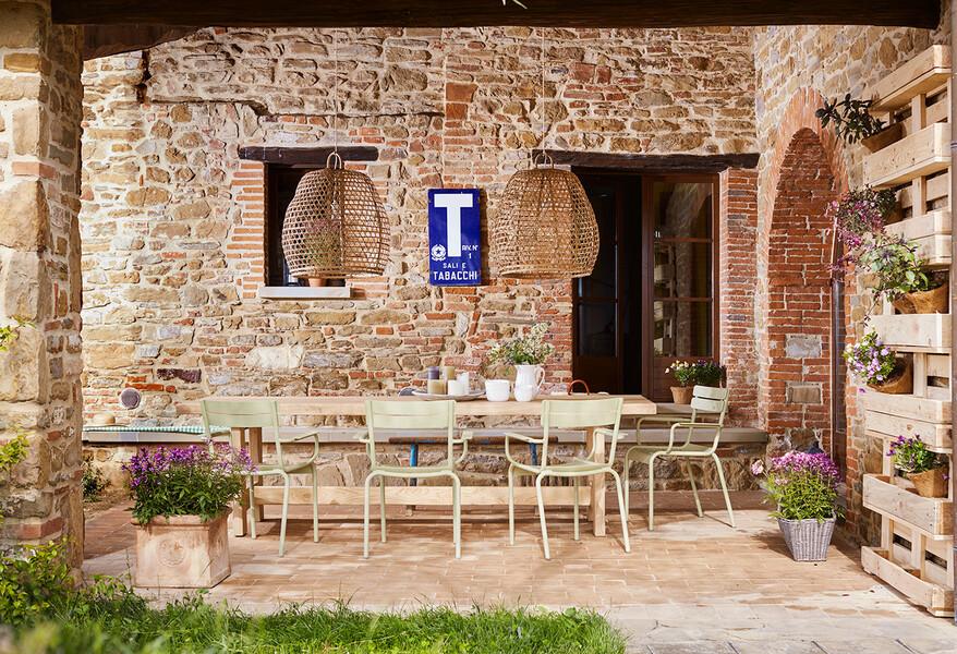 Überdachte Terrasse mit Esstisch im Ferienhaus Arco in Umbrien