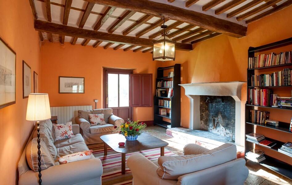 Eine Bibliothek und ein imposanter Kamin sorgen auch bei schlechterem Wetter für gemütliche Stunden im Le Casine