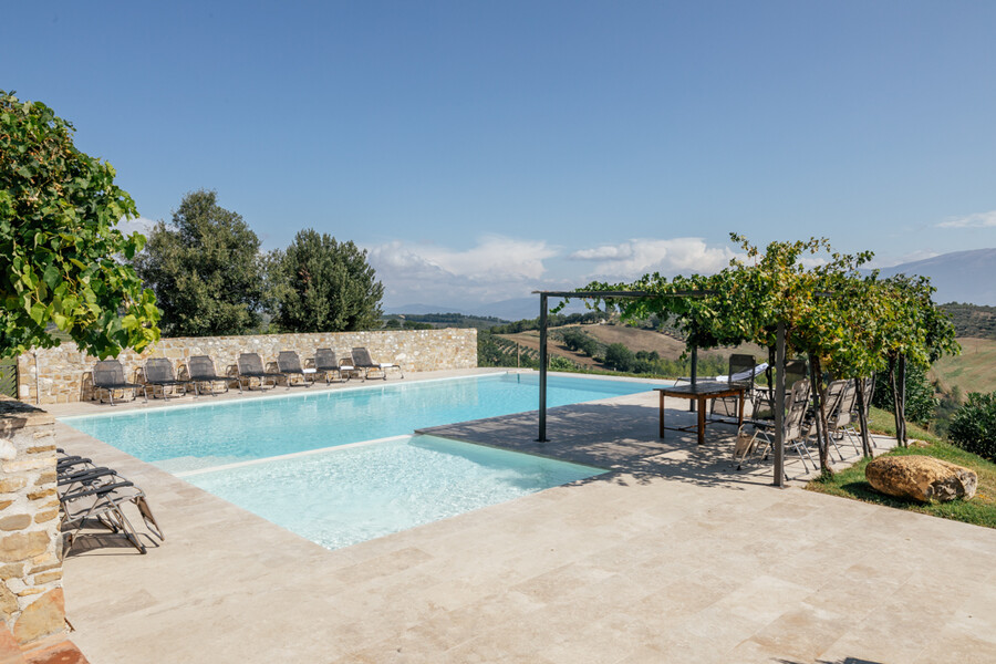 Eingezäunter Pool mit Pergola in der Finca in Umbrien Casa Winther