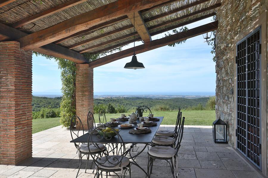 Genießen Sie bei einem tollen Essen und einem Glas Wein diese Aussicht oder den Sonnenuntergang