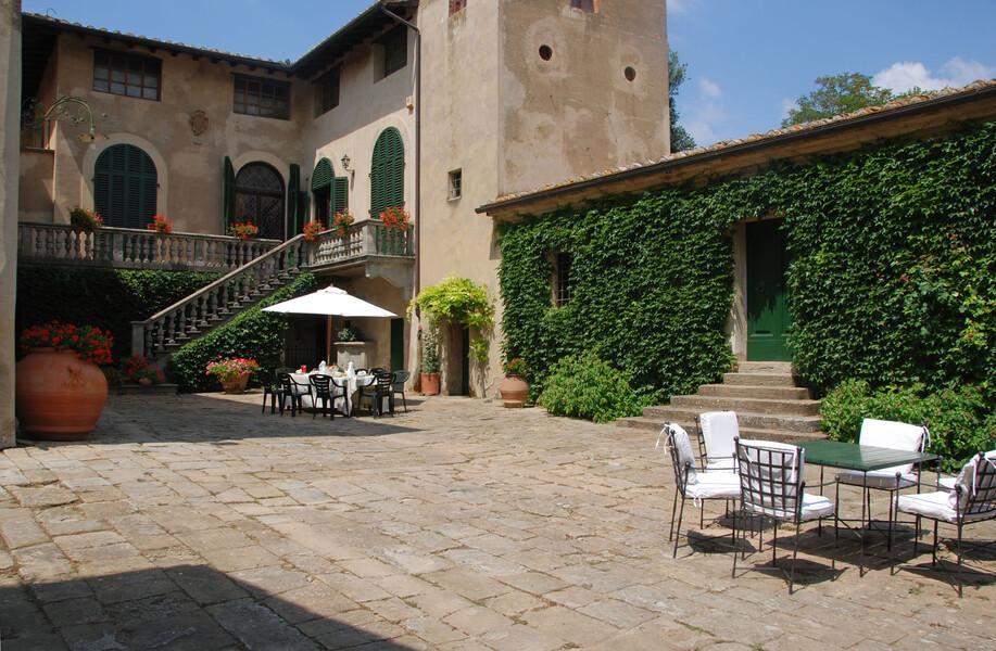 Innenhof der Villa Montelopio aus dem 16. Jahrhundert in der Toskana