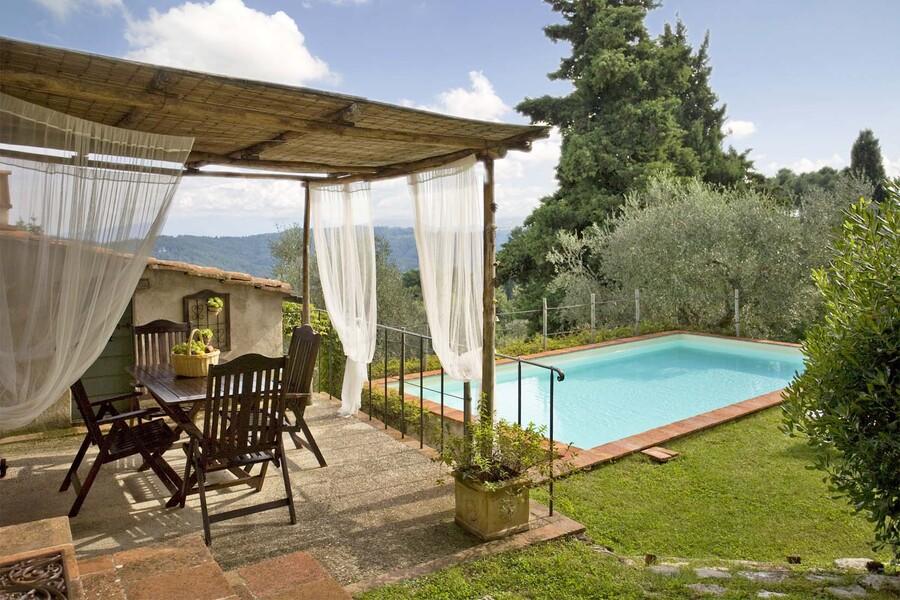 Terrasse und Pool im Garten des Ferienhaus Casa Fiora bei Lucca