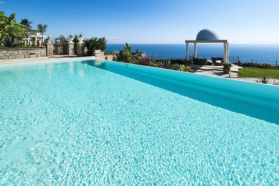 Privater Pool der Luxusvilla Buenavista bei Taormina mit Blick auf das Meer