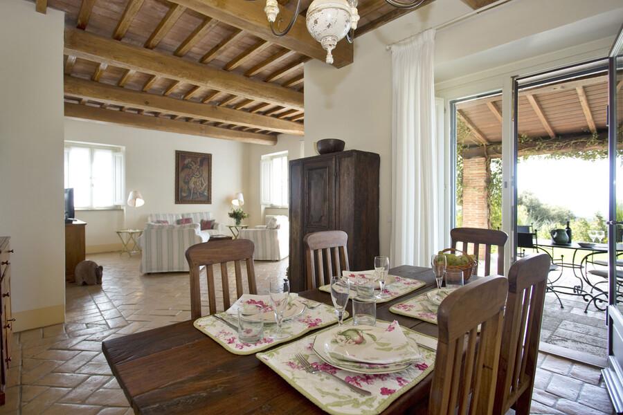 Terracottaböden und schöne Holzdecken machen den Charme des La Lepraia aus