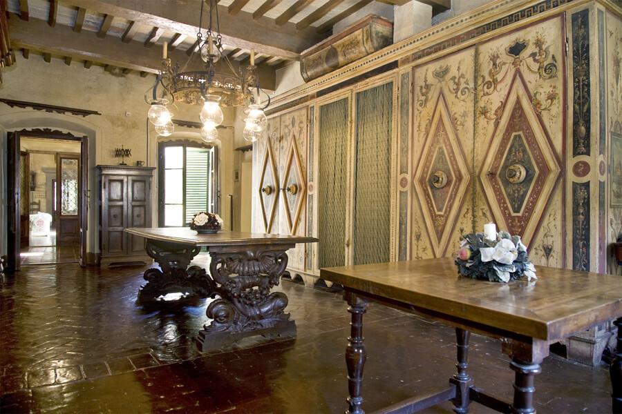 Historische Räume mit Fresken und Holzdecken in der villa di montelopio bei Pisa