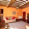 Der Mix aus modernen und klassichen Möbeln und Farben macht den Charme dieses Ferienhauses in der Toskana aus