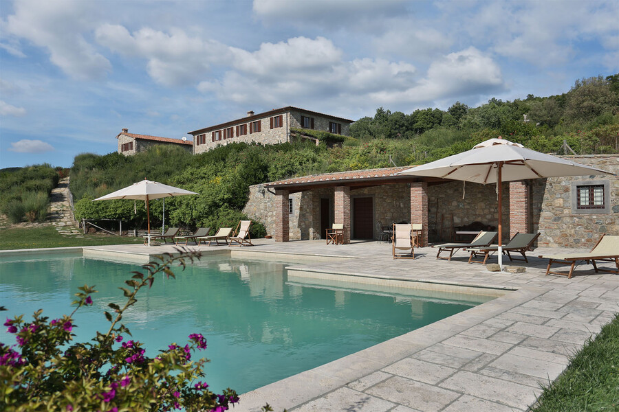 Kühlen Sie sich im großen Pool des La Lepraia ab und genießen Sie die Ruhe der weitläufigen Anlage