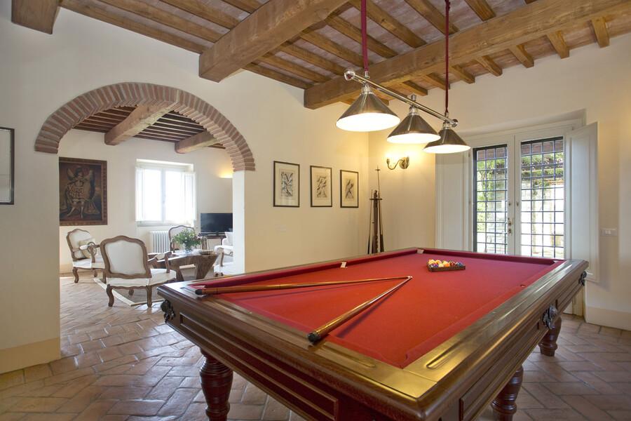 Ein Billiardzimmer ist eines der Highlights der Ferienvilla La Lepraia