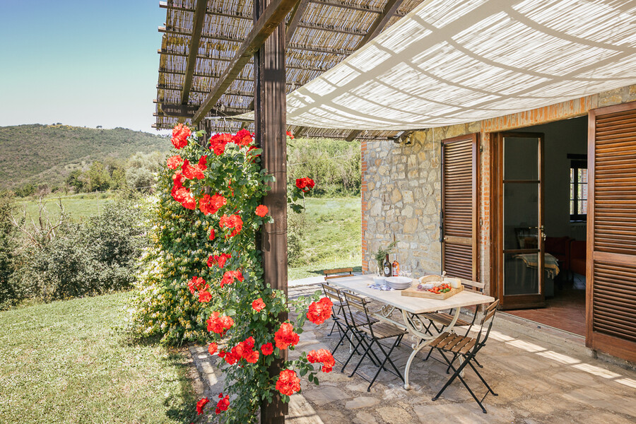 Veranda mit Rosen und Sonnensegel vor der Casa Campori in Umbrien