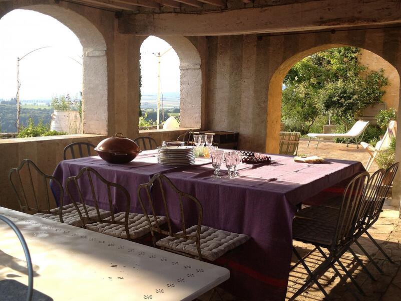 Genießen Sie bei einem leckeren Essen und einem edlen Wein den Blick in die toskanischen Hügel