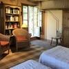 Doppelbettzimmer der Ferienvilla Compignano Barn mit gemütlichen Sesseln und eigenem Zugang nach draußen