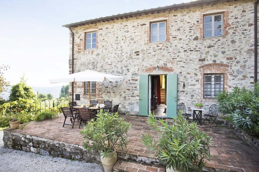 Steinhaus casa fiora in der Toskana mit Terrasse und einem Aussentisch