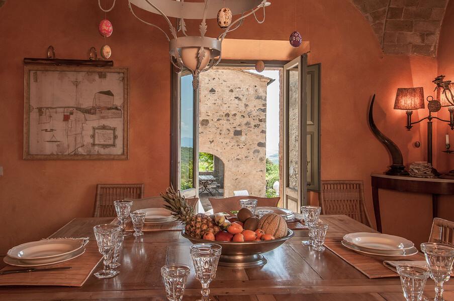 Der elegante Einrichtungsstil der Ferienvilla Fontanelle spiegelt sich auch im Esszimer wieder