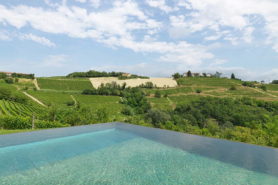 Überlauf-Pool mit Blick auf die Weinberge im Piemont von der Casa Moscata