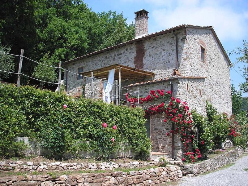 Steinhaus casa fiora mit bewachsener Mauer in der Toskana