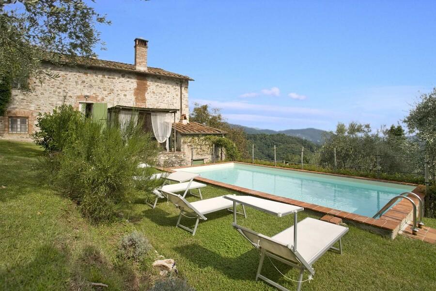 Ferienhaus Casa Fiora bei Lucca mit privatem Pool und Sonnenliegen im Garten