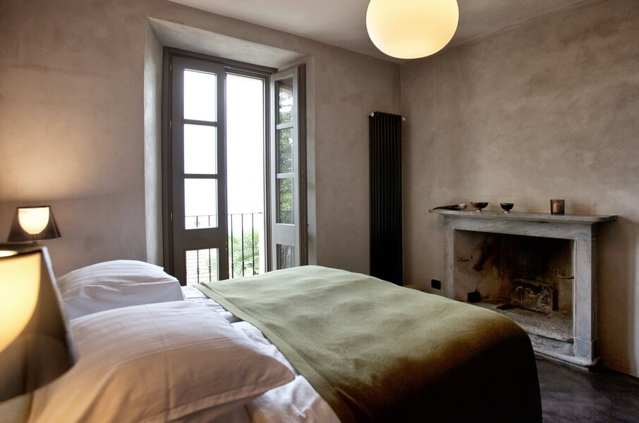 Elegantes Schlafzimmer mit offenem Kamin in der Villa Crotto am Comersee